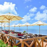 アクアリゾートホテルのビーチサイドバー。白いパラソルのもと、目の前に広がる青い海が堪能できる。