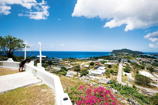 ソンソン村展望台からの眺め。ソンソン村とウェディングケーキマウンテン(ロタ島)