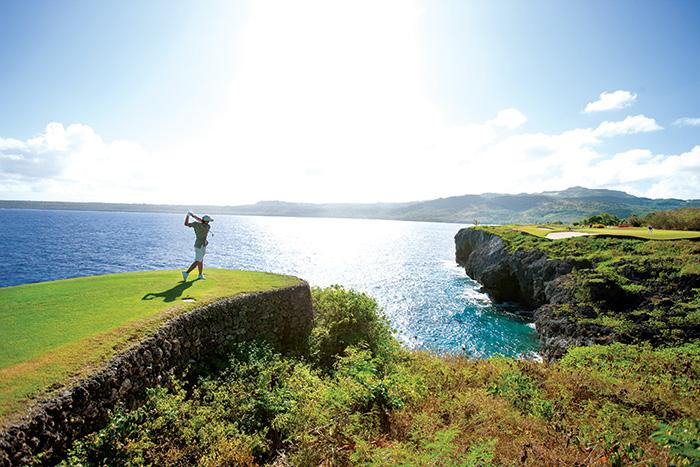 ダイナミックな海越えホールを満喫できるサイパンのゴルフコース(サイパン島)