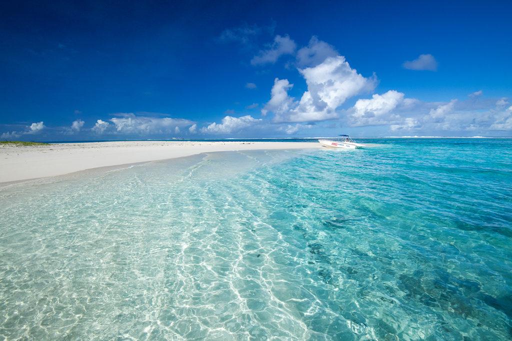 サイパン島の沖合2.5kmのマニャガハ島。サンゴ礁の無人島の透明な海と白砂のビーチ(サイパン)