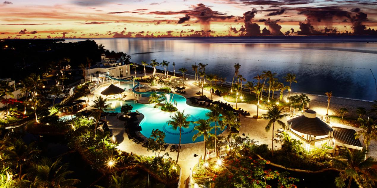 ケンジントンホテルサイパンからの眺め(夕焼けとライトアップされたプール)