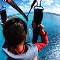 マニャガハ島でパラセーリング。透明な海と南国の青空をひとりじめできる瞬間