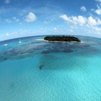 ラグーンに浮かぶマニャガハ島。ボートが浮かんで見えるほど透明な海に囲まれている。