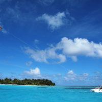 マニャガハ島でパラセーリング。青い空とエメラルドグリーンの海を見渡せる感動のひととき。