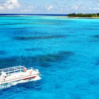 マニャガハ島へ向かう船。エメラルドグリーンの海に白い船体が映える。