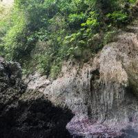 天然プールのように見えるが、洞窟が外洋につながっているため波が押し寄せることもある