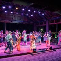 ジョイフルディナーショーは最後に観客も一緒になって踊ることができる