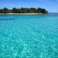 太陽の光を反射するして輝くエメラルドグリーンの海に浮かぶマニャガハ島