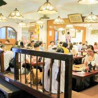金八レストランの掘りごたつ座敷は、ゆっくり食事を楽しめる居心地の良い空間