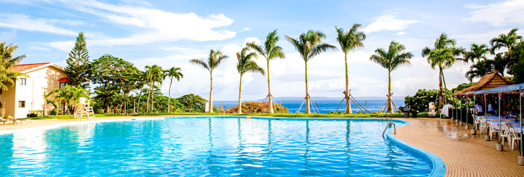 コーラルオーシャンゴルフリゾートのプールから見たマリアナブルーの海(サイパン島/北マリアナ諸島)