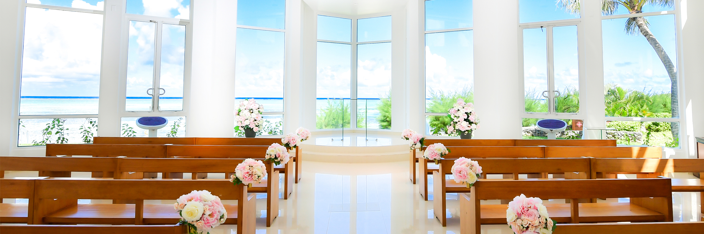 大きなガラス窓からはマリアナブルーの海を一望
