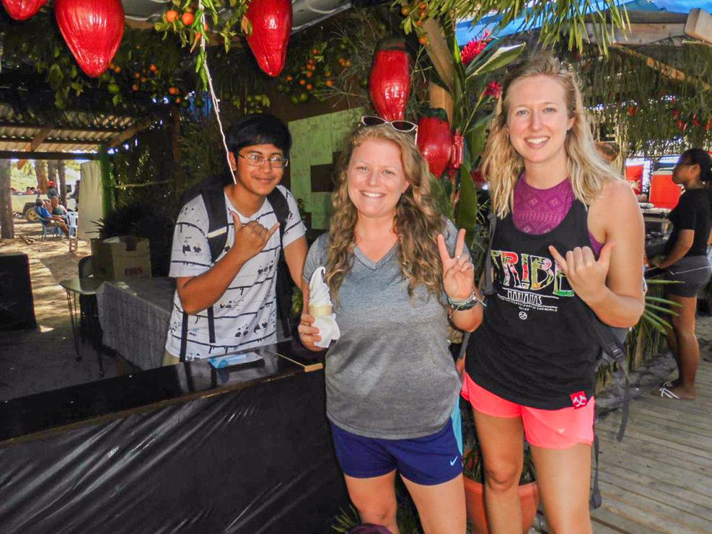 テニアンホットペッパーフェスティバルを楽しむ旅行客