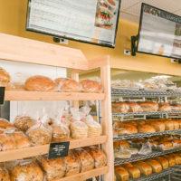 グレイトハーベストブレッドの店内にはたくさんのパンが並ぶ