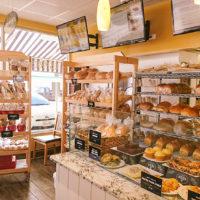 グレイトハーベストブレッドの店内に並ぶ自家製パン