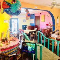 メキシカン&スモーク料理レストラン「ロコ&タコ」のカラフルな店内。