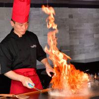 鉄板焼きZEN/禅では新鮮な食材が目の前で調理される様子が見れる