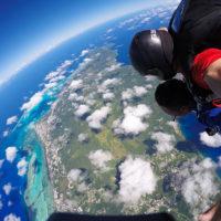 サイパンでスカイダイビングを体験。青い海とラグーンのエメラルドグリーンが眩しい