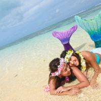 サイパンのビーチでマーメイド体験をする若い女性たち