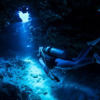 トンネルを泳ぐダイバー