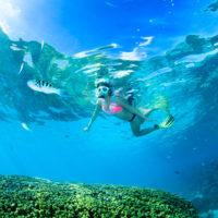 サイパンの海でシュノーケリングをする女性