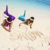サイパンのビーチでマーメイド体験をする2人の女性