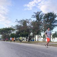 サイパンマラソン2018 海沿いコースを走るランナーたち。
