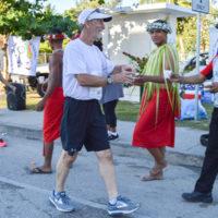 サイパンマラソン2018 給水所のボランティアスタッフから水を受け取るランナー