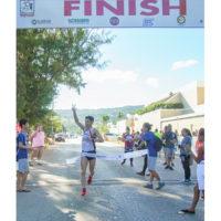 サイパンマラソン2018 50kmウルトラマラソン男子の1着のランナーはフルマラソン男子よりも早くゴールに戻ってきた。