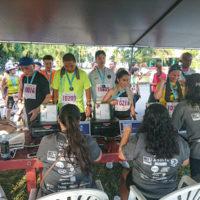 サイパンマラソン2018 完走証を受け取るランナーたち