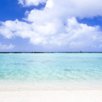 ロタ島のテテトビーチでは透明な海と白い砂浜が見られる