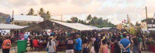 マリアナ最大の食フェス。野外会場では地ビールやさまざまな地元のグルメを味わえる