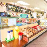 ウィンチェルは24時間営業のドーナツショップ。明るい店内にはドーナツのほか、ハンバーガーやスパムおむすびなどが並ぶ。