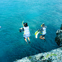 崖の上から海に向かってジャンプ!シージャンプ&ネイチャースノーケリング
