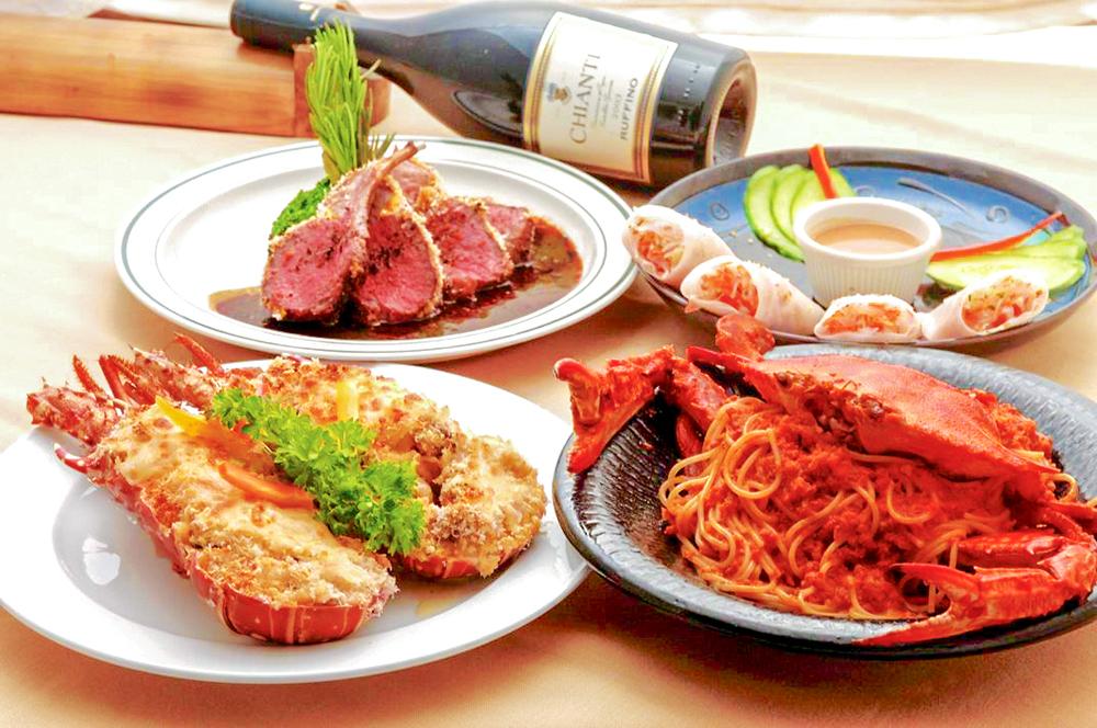 マリアナ定番のシーフードやステーキ、フレンチ、イタリアン、タイ料理、などの多国籍な料理が楽しめます。 マリアナの伝統的なチャモロ料理、ケラグエン、ココナッツお刺身などの南国リゾートらしいディナーメニューも。