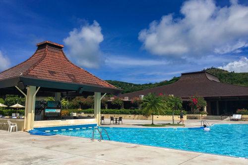 アクアリゾートクラブサイパンのプールには、プールに入ったままドリンクを楽しめるプールバーがある