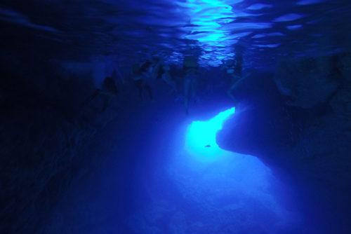海中洞窟グロットに潜ると、幻想的な青の世界が出迎えてくれます