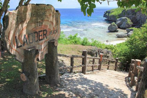 海水が侵食してできた洞窟がいくつもあるビーチ。サイパン島の南側にある。
