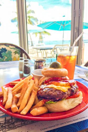 ハンバーガー、ステーキ、ポキなどローカルがよく食べるメニューが並ぶ