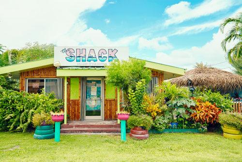 ローカルで賑わうカフェレストラン。南の島の天然素材が多く使われた、温もりのある店内は長居したくなる居心地の良さ。